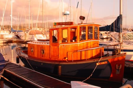 Romantic 100 Year Old Tugboat - Sausalito - Barca