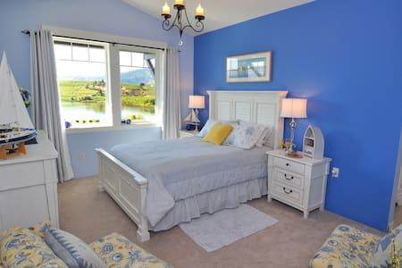 Lake's Edge Tuscan Lodge - The Beach Room - Bed & Breakfast