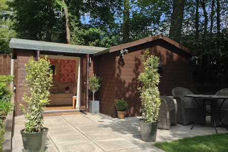 Luxury 2 bed chalet: lounge, bathroom, patio - B&B - Chalé