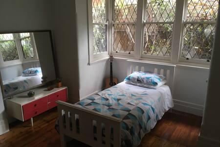 Beautiful space in trendy St Kilda apartment! - Apartemen