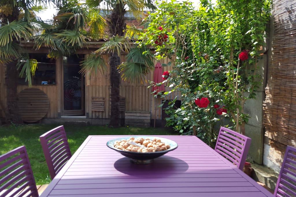 Le coin repas extérieur et son barbecue