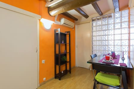 Hello , friends I have one room  , for rent, for your vacation, two blocks from the rambla, the beautiful and bohemian Raval area , famous for exelentes restaurants, museums and improve the city of Barcelona, ​​here in the area in the city center