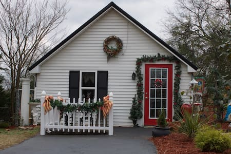 Hilltop Bed and Breakfast Cottage - Shelbyville