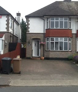 Single Bedroom in lovely Semi House - Luton