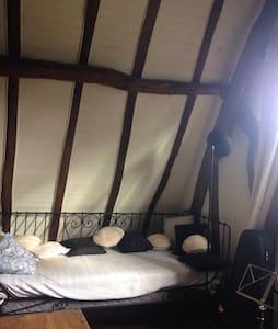 Mezzanine dans grange rénovée - Maison
