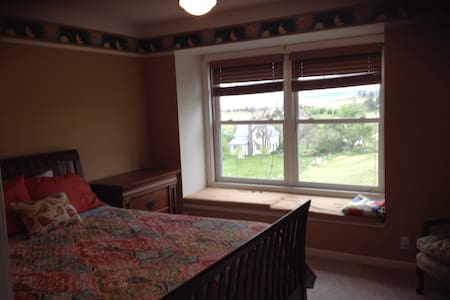Queen guest room with a view - Spearfish