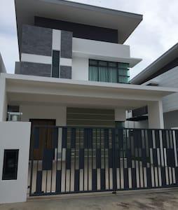 Beautiful Homestay in JB near Bukit Indah - Ház