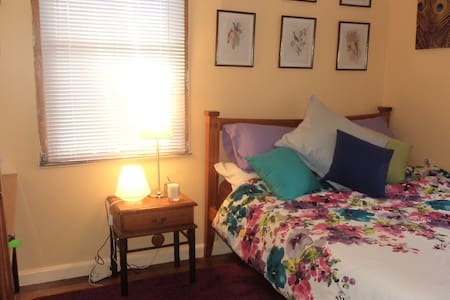 Close to LaTrobe University and 1hr by bus to City - House