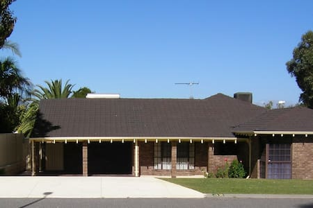 Perth's Traveller's Paradise - Warwick