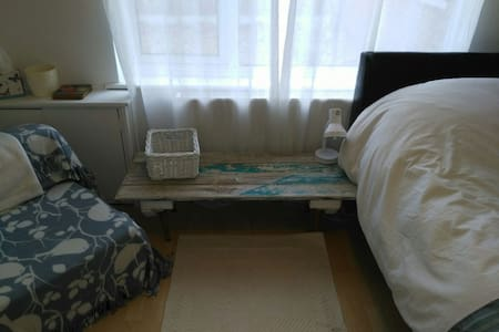Spacious double room with parking. - Carlton