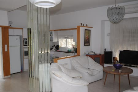 5' to Beach -Cozy Quite Comfy  Large 4 BdRooms Apt - Kiryat Bialik - Apartamento
