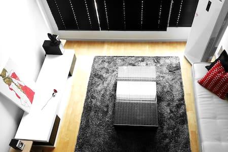 Black & White + Modern style House, 밤이 이쁜숙소 - Apartment