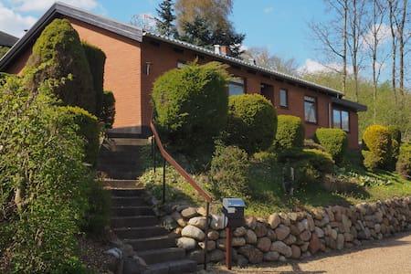 Hus i grønt område,ned til Sø+mølle - House