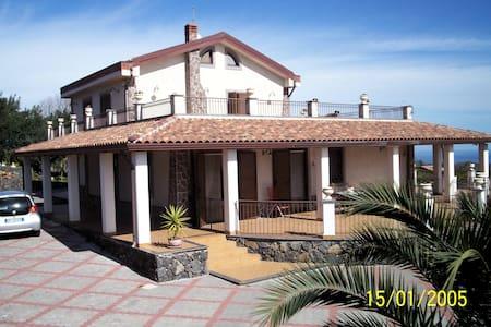 Villa immersa nel verde - Linera - Villa