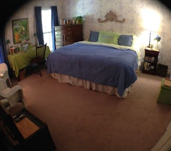 Spacious room 10 minutes from beach