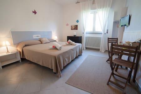 CasaVienna Guestrooms: DR Water - Bed & Breakfast