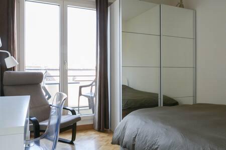 Habitación moderna con balcón - Apartamento