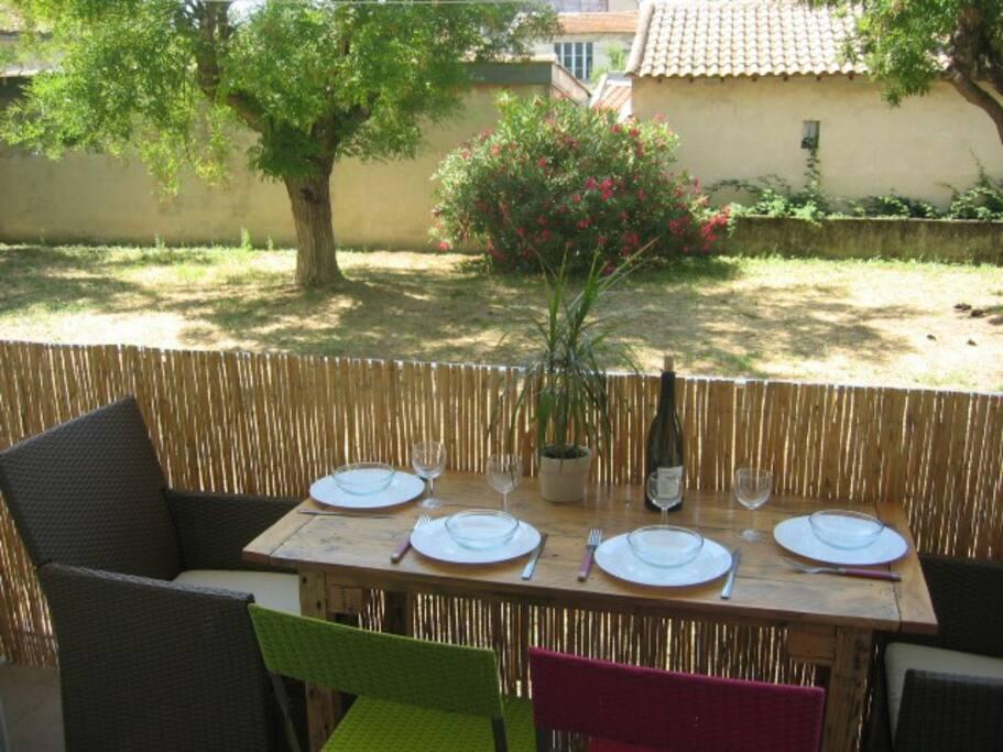 terrasse expo sud sans vis à vis avec vue sur le jardin privé de la résidence