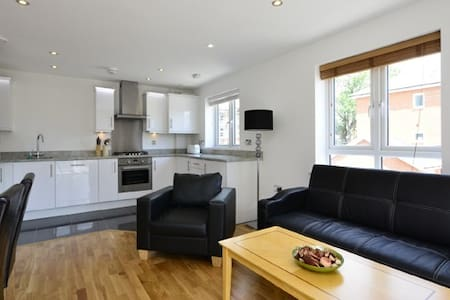 Borehamwood  - Spacious 2 bed 2 bath apartment - Appartement