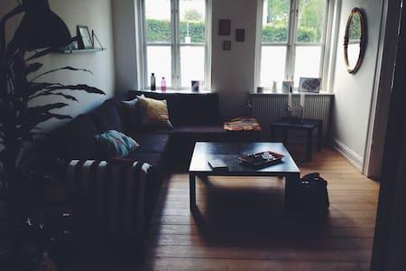 Dejlig lys lejlighed med have