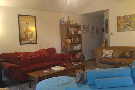 Comfy couch in 3 BR-NE Austin (3 of 3 listings) - Huis