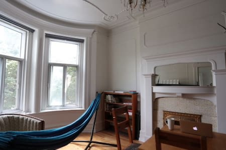 No frills room in Mile-end / Plateau - Montréal - Apartment