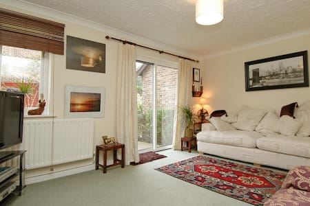 Furnished Home 3 bedroom detached house Camberley - Camberley - House