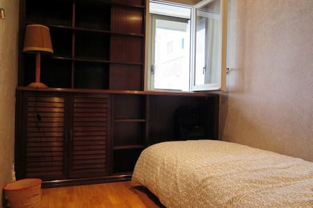 Cozy room near Sants station, 5 minutes walk to Plaza de España, only 4-5 subway stations to Camp Nou and Sagrada Familia and only about 5 minutes from Sants station to Plaza de Catalunya by train