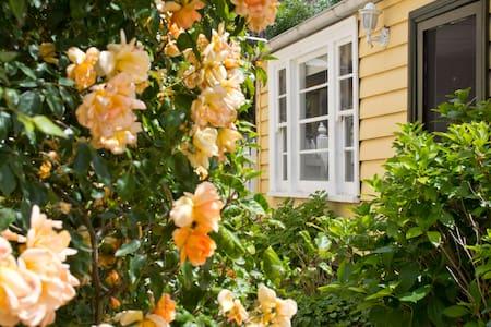 Cosy Rose Cottage - Parkdale - Bungalow