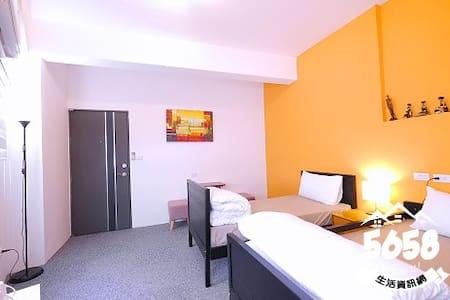 高雄一夜(高鐵榮總)雙人房(兩單人床可合併可免費接送有車位提供免費機車代步有電梯隔壁是全家跟7-11 - Bed & Breakfast