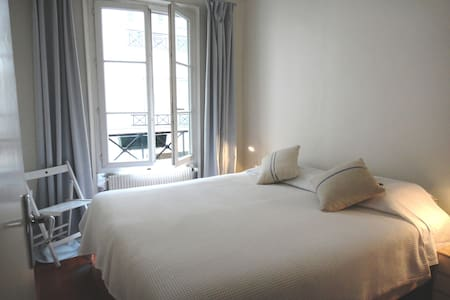 Room in bright St Georges apartment - Parigi