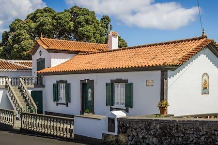 Vivenda Gomes (AL): Seaside Cozy Traditional Home - Huis