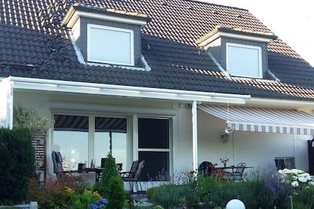 Einzelhaus mit großem Garten und schönen Fernblick - Ev