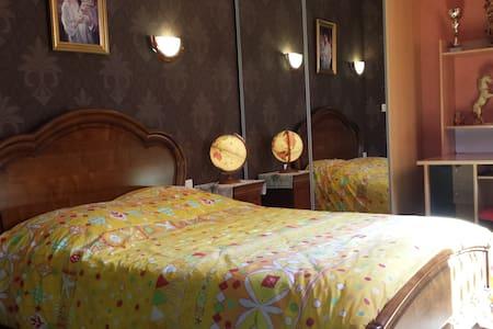La tranquillité dans un lieu confortable de 180m² - House