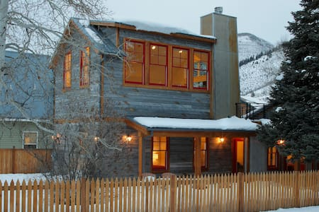 Remodeled Historic Cottage sleeps 8 - Ház