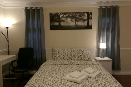 sweet dream - large queen bed room - Richmond - House