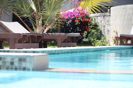 Right by the pool, near the beach - Cap Malheureux