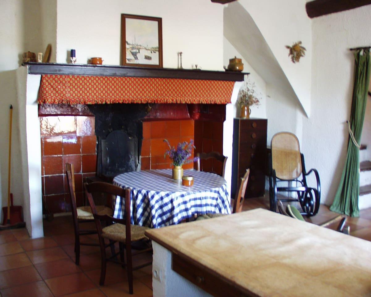 Cuisine et séjour avec cheminée traditionelle du Languedoc, Kitchen and livingroom with a languedoc traditional fireplace