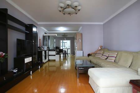 Quiet Private room on Line 2 Loushanguan Road - Shanghaï - Appartement