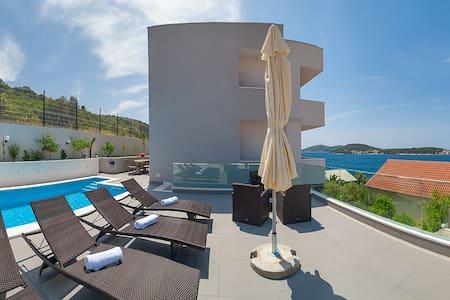 Superior luxury villa with pool - Villa