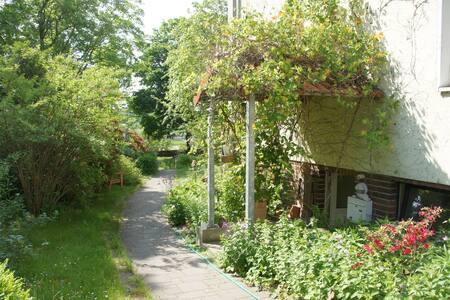 Gemütliche Garten-FeWo an der Elbe - Apartamento