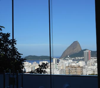 Georgeous bright sunny penthouse overlooking the Sugarloaf and Guanabara bay. Have breakfast on the balcony while sun rises over Rio.  Full kitchen. Comfy small bedroom with double bed and leafy view.  Sofa bed for extra guests. Close to Metro Catete