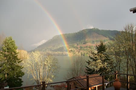 Near Eugene Overlooking Lake (NEOL) - Bed & Breakfast
