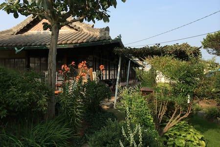 2번방, 자연을 닮은 예쁜 정원이 함께하는 정휴당 민박 - Baekgu-myeon, Gimje - Earth House