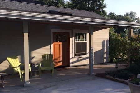 Olympia  NE  Neighborhood Cottage! - Casa