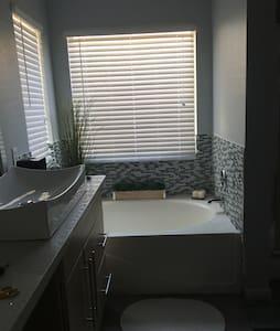 Master bedroom with ensuite! - North Las Vegas - Casa
