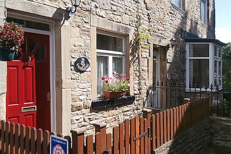 Thisledo is a charming and spacious holiday cottage, very close to the centre of the popular Yorkshire Dales town of Skipton. The holiday cottage offers comfortable and well presented accommodation & is perfect for a relaxing break. Pets welcome