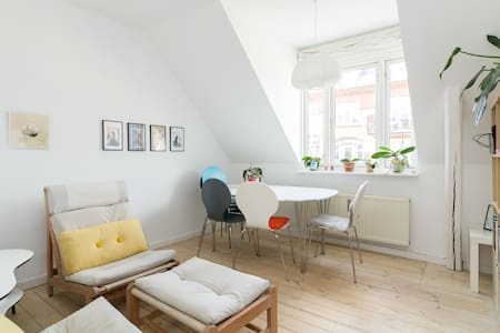 Cosy home Frederiksberg. 5 min central city (1 min to bus to central st., 6 min to metro st) 2- rooms, incl. kitchen, smal bathroom, double bed, extra sleeping madras, dinner table and sofaarea. Green & quiet surroundings, Frederiksberg Have & zoo.