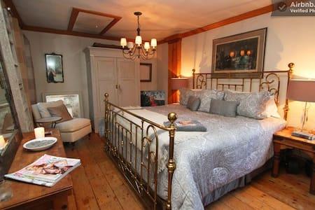 The Manor - North Bedroom - 단독주택