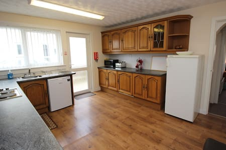 2 DOUBLE ROOMS PLUS 4 SINGLE ROOMS - Tain - Bungalow